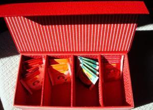 livret - boîte à thé rouge ouverte MHD